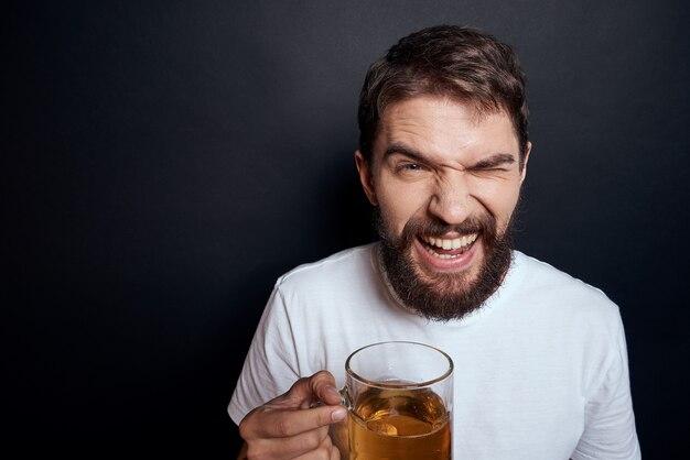 Ein mann, der bier aus einem glas trinkt
