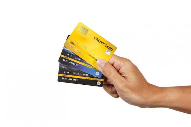 Ein mann, der das isolat mit drei kreditkarten auf weiß zeigt