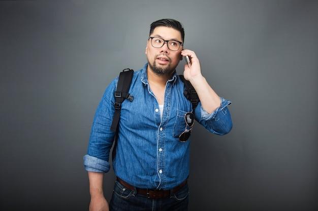 Ein mann, der das telefon betrachtet
