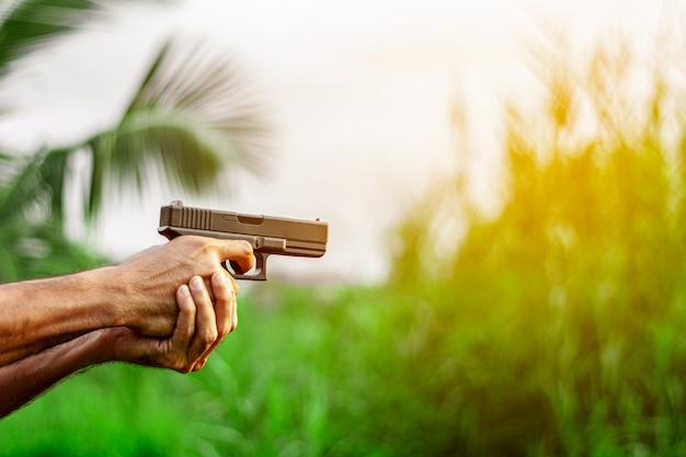 Ein mann, der eine waffe in der hand hält. - gewalt- und verbrechenskonzept.