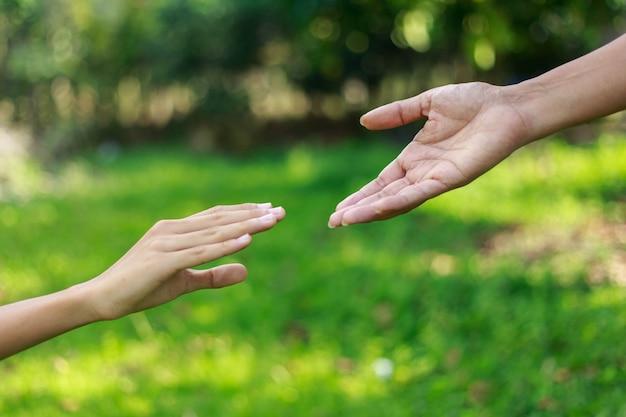 Ein mann, der einem anderen helfende hand gibt