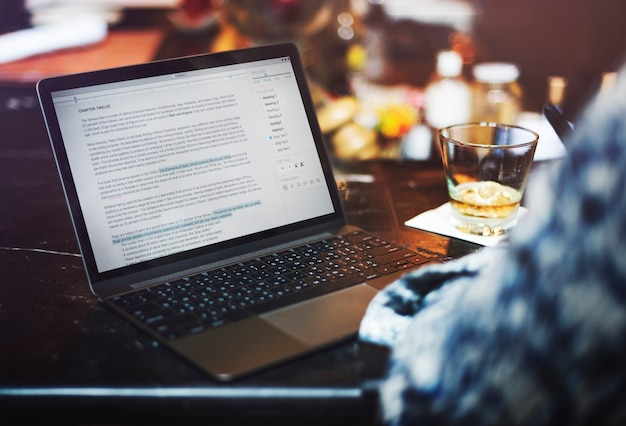 Ein mann, der einen artikel an der bar schreibt