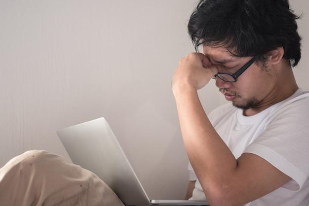 Ein mann, der erschöpft und deprimiert vor frustration ist. angst-konzept.