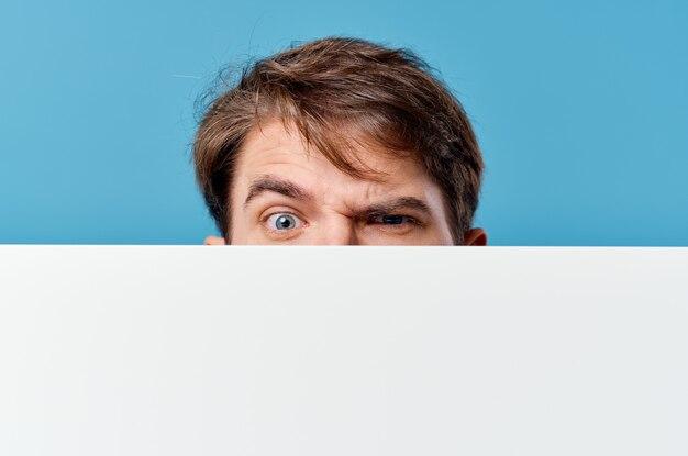 Ein mann, der hinter einem banner hervorschaut, das copy space-nahaufnahme annonciert