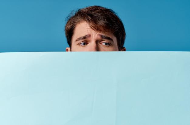 Ein mann, der hinter einer banner-nahaufnahmewerbung hervorschaut