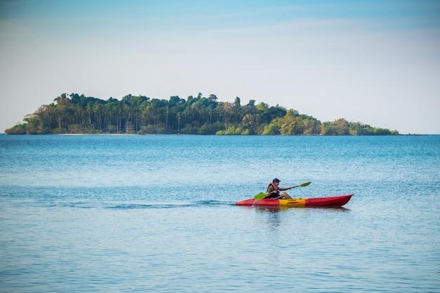 Ein mann, der im meer kajak fährt ko chang