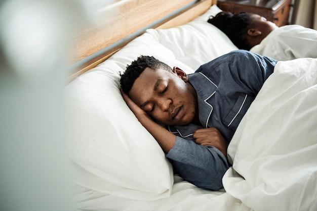 Ein mann, der ruhig im bett schläft