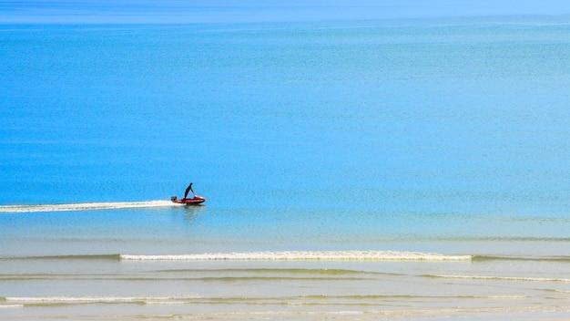 Ein mann, der watercraft entlang dem hua hin strand, thailand reitet