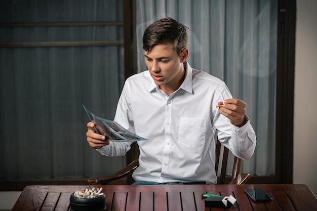 Ein mann erwägt ein bild einer röntgenaufnahme der lunge