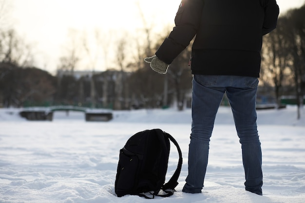 Ein mann geht an einem verschneiten wintertag durch die stadt.