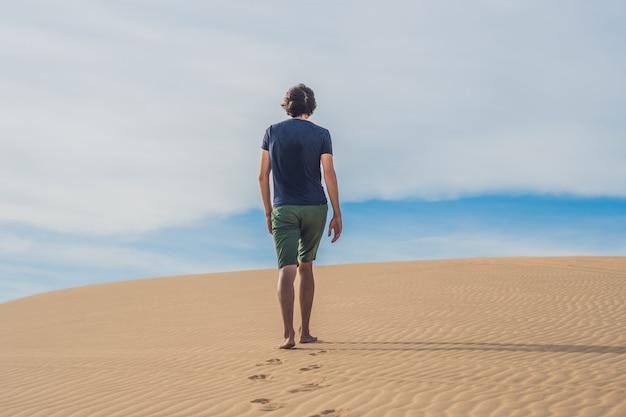 Ein mann geht in der wüste vietnams, mui ne
