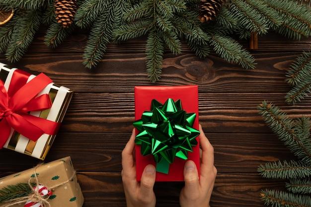 Ein mann hält ein weihnachtsgeschenk in der hand