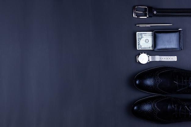 Ein mann hält eine offene brieftasche mit geld in den händen. hände nehmen rechnungen aus seiner brieftasche. das konzept der ablehnung von papiergeld, inflation, finanzkrise.