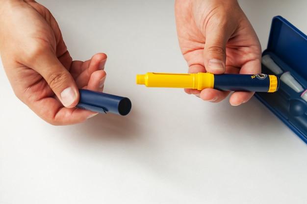 Ein mann hält eine spritze zur subkutanen injektion von hormonellen arzneimitteln in das ivf-protokoll in vitro fertilisation