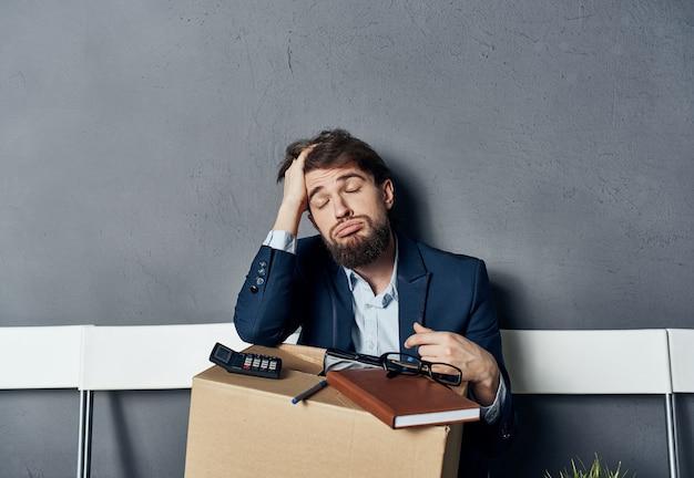 Ein mann im anzug sitzt auf einem stuhl mit einer depression bei der jobsuche
