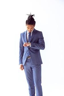 Ein mann im blauen anzug schaut besorgt auf die uhr