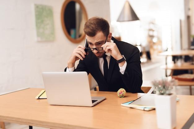 Ein mann im business-anzug arbeitet in seinem büro.