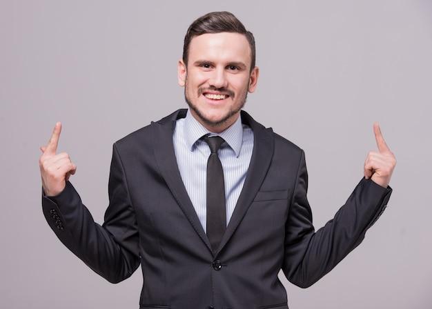 Ein mann in anzug und krawatte lächelt