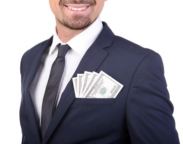 Ein mann in anzug und krawatte steckte geld in die tasche.