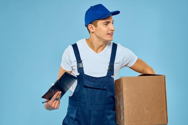 Ein mann in arbeitskleidung mit einer kiste in der hand arbeitet als lieferservice