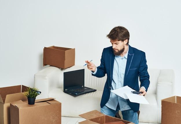 Ein mann in der nähe der couch packt einen neuen büroangestellten aus