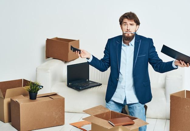 Ein mann in der nähe der couch packt einen neuen büroangestellten aus.