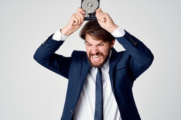 Ein mann in einem anzug mit emotionen zur wiederherstellung von festplatteninformationen