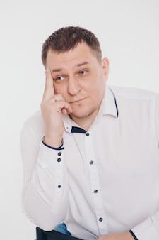 Ein mann in einem business-anzug, der auf weiß läuft und gestikuliert
