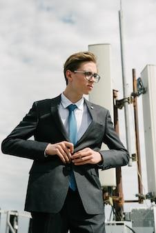 Ein mann in einem grauen anzug und in einer blauen krawatte wirft auf.