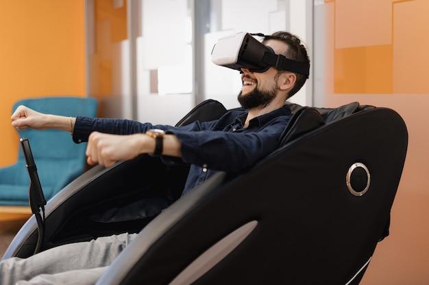 Ein mann in einem massagesessel mit vr-technologie
