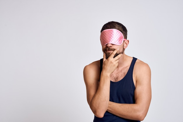 Ein mann in einem schwarzen t-shirt am morgen schlafmaske nahaufnahme grau.