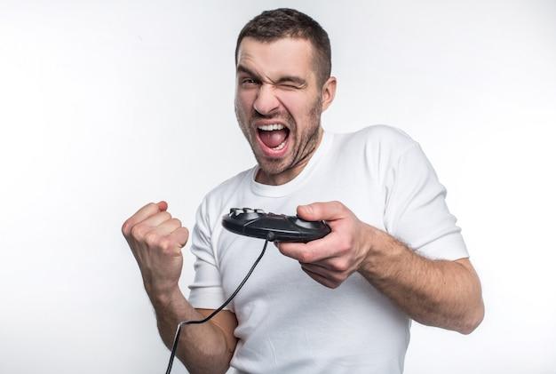 Ein mann in einem weißen t-shirt spielt auf einer spielekonsole auf einem weißen hintergrund