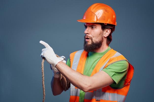 Ein mann in einer arbeitskleidung sicherheitsexperten. hochwertiges foto