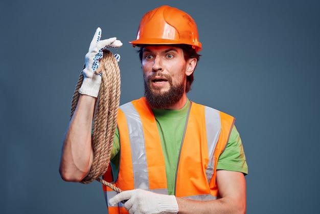 Ein mann in einer arbeitsuniform konstruktionssicherheitsfachmann