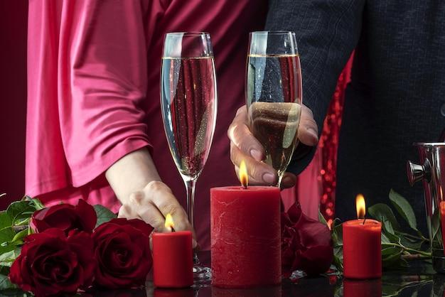 Ein mann in einer jacke und eine frau in einem rosa kleid halten sektgläser in der hand