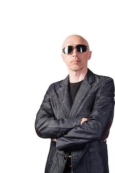 Ein mann in einer jeansjacke mit dunkler brille ein mann mittleren alters mit europäischem aussehen