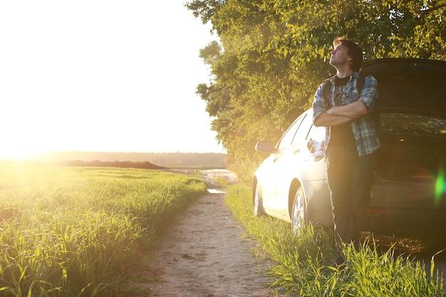 Ein mann in freizeitkleidung ist ein reisender im freien