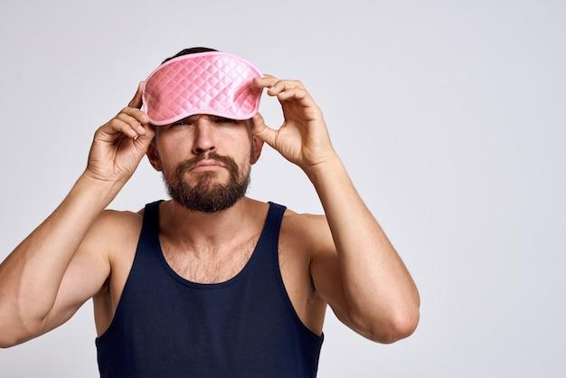 Ein mann in hauskleidung und einer schlafmaske