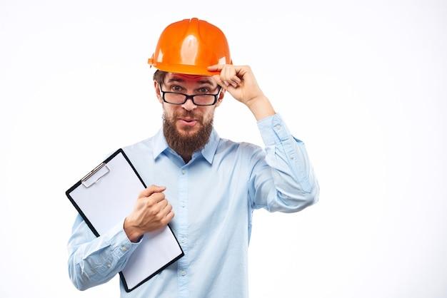 Ein mann in orange farbe in gläsern dokumentiert eine manuelle industrie.
