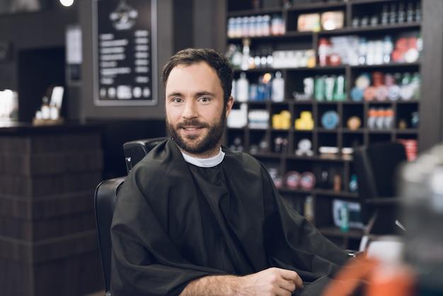 Ein mann kam zum salon, um sich die haare schneiden zu lassen.