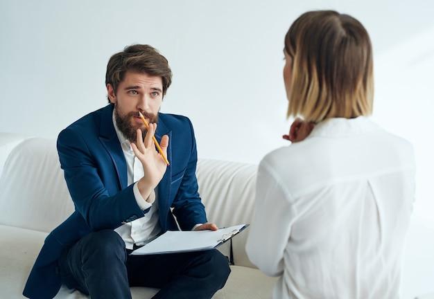 Ein mann kommuniziert mit einer patientin bei einem besuch bei einer psychologischen fachassistentin