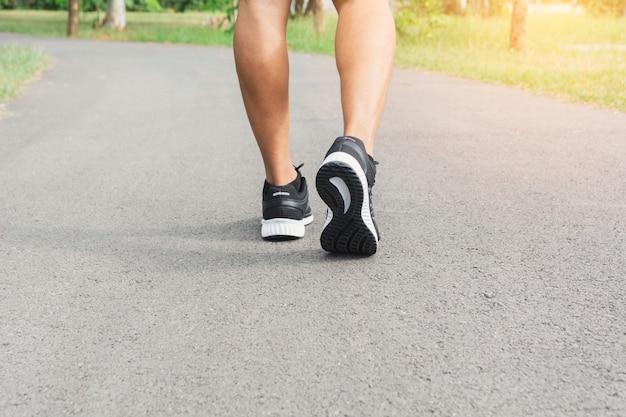 Ein mann läuft am morgen zum joggen
