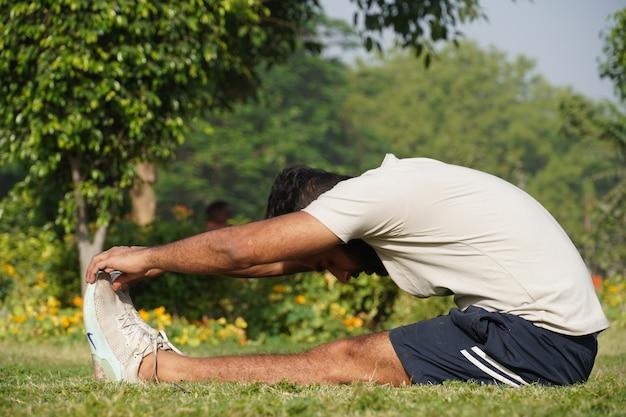 Ein mann macht morgens sport im park