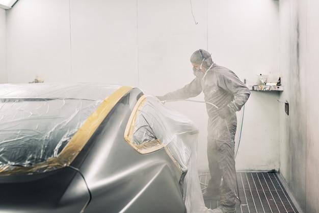 Ein mann malt ein auto