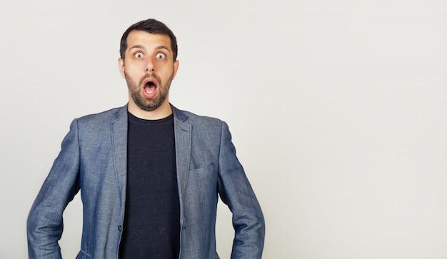 Ein mann mit bart öffnete ängstlich und geschockt den mund