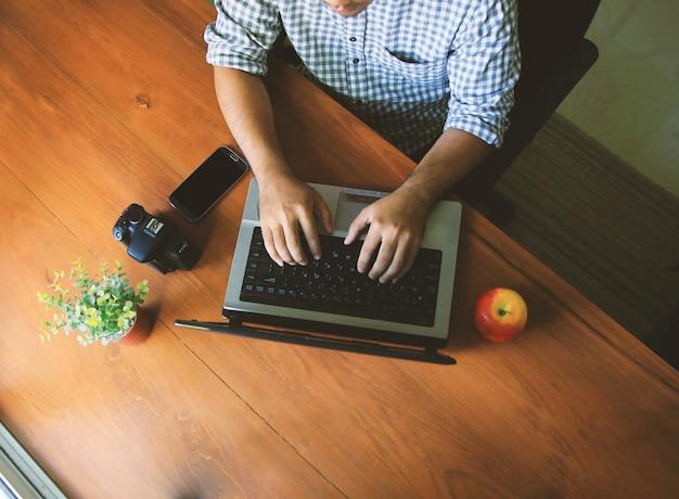 Ein mann mit computer. arbeitsplatz mit digitalem tablet