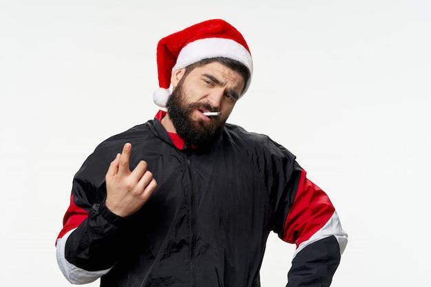 Ein mann mit einem bart, der weihnachten und neujahr aufwirft