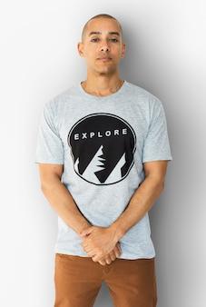 Ein mann mit einem explore-t-shirt