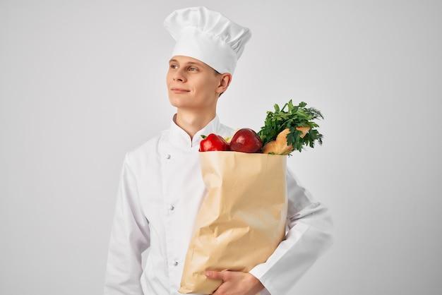 Ein mann mit einem paketdienst für lebensmittel, der an restaurants geliefert wird