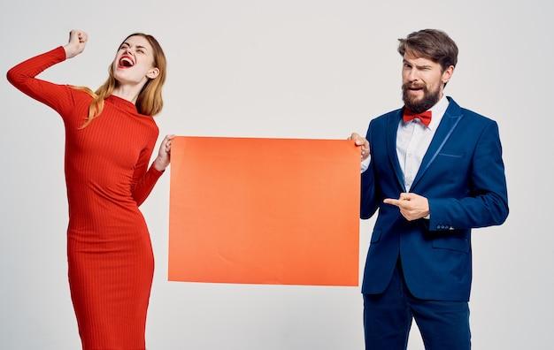 Ein mann mit einem roten blatt papier in den händen und einer frau in einem kleid mocap poster werbung